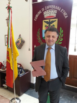 Il sindaco di Zafferana, Alfio Russo con la mattonella autobloccante