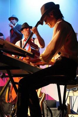 Due momenti dello spettacolo con la Taxus Band andato in scena al Tezzano