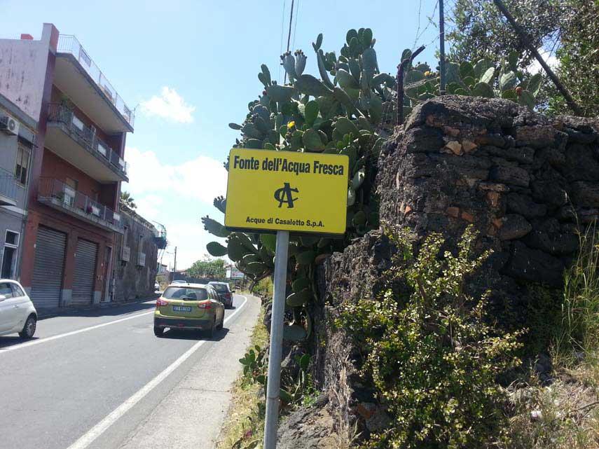 Il cartello turistico per la fonte dell'acqua fresca