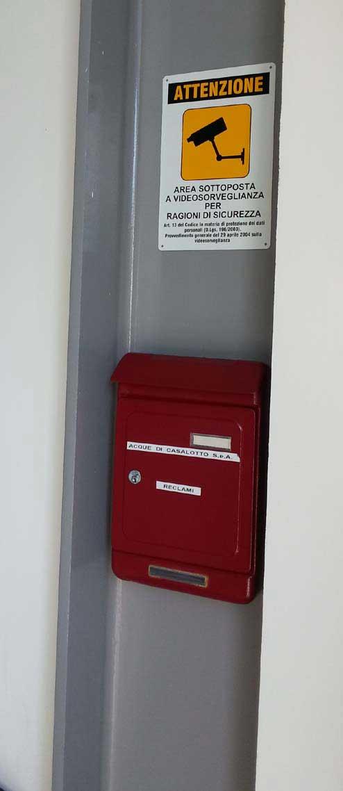 La cassetta per i reclami all'interno degli uffici