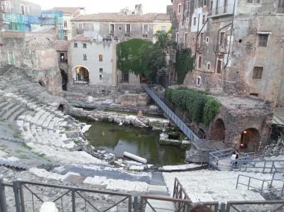 """Uno scorcio dell'Anfiteatro romano di Catania e al centro il """"laghetto"""" verde"""