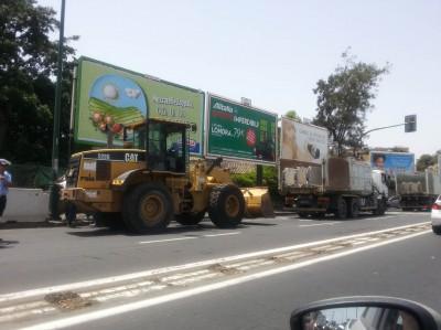 Tre mezzi parcheggiati in attesa di riprendere i lavori
