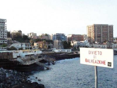 Il cartello con il divieto di balneazione proprio accanto al solarium di piazza Europa