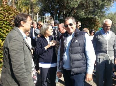 Il sindaco di Aci Castello Filippo Drago con alcuni residenti