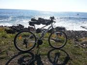Io non posso entrare... ad Aci Trezza una bicicletta sconsolata guarda il mare