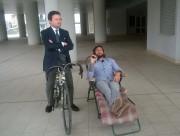 Vittorio Brumotti al Centro San Leone con il vicesindaco Marco Consoli in bicicletta