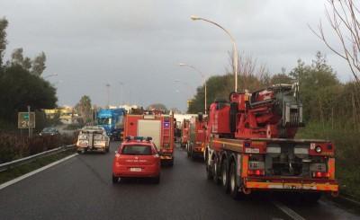 I mezzi di soccorso impegnati sulla A18 per l'incidente causato dall'autobotte