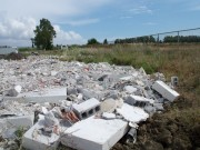 Nell'area sono stati rinvenuti automezzi, rimorchi, container, vecchie autovetture, materiale ferroso, cumuli di copertoni e materiale di risulta