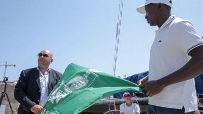 Il sindaco di Siracusa, Giancarlo Garozzo, consegna la bandiera all'equipaggio