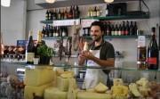 Gaetano mette in mostra i formaggi fatti dal papà