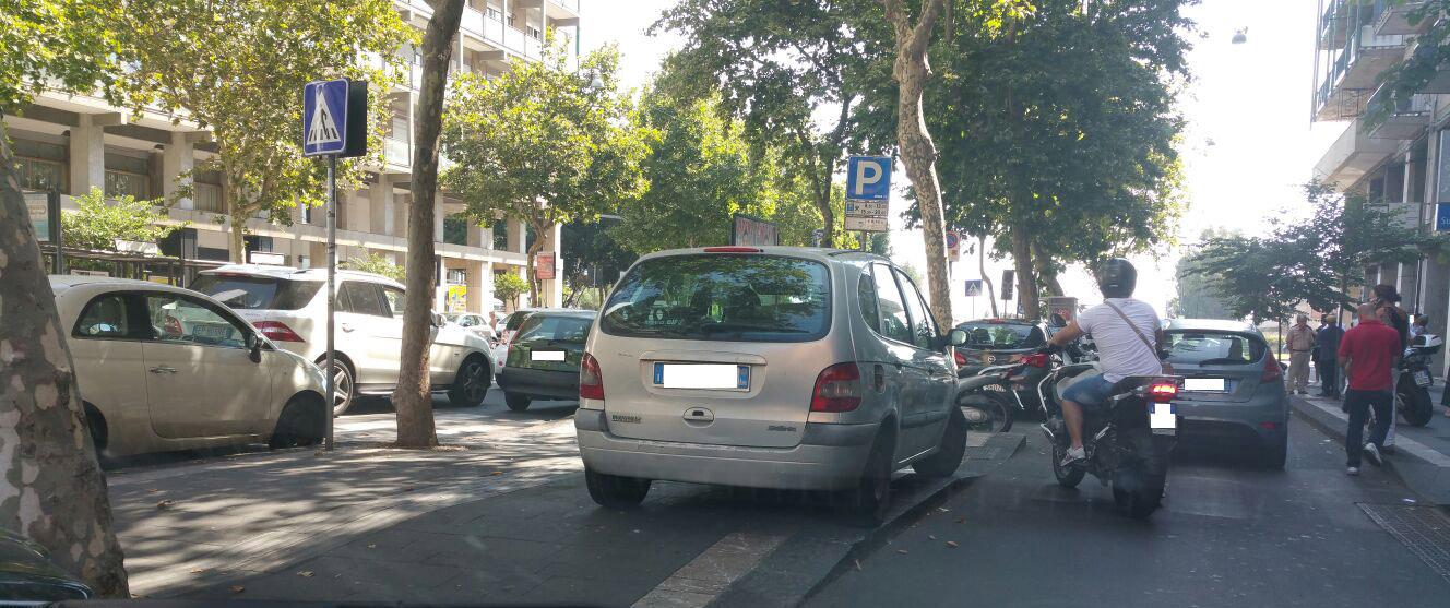 Ancora auto sopra il marciapiede, sempre in corso Italia