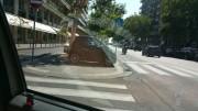 Sempre corso Italia, tre macchine sul marciapiedi in venti metri