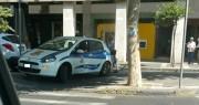 Corso Italia. Sul marciapiede ostacolando anche le discese per i disabili. L'automobilista in macchina e una mamma (dietro) con la carrozzina arranca