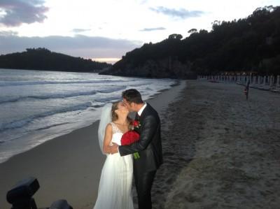 Foto Paolo Pizzo e Lavinia Bonessio bacio sulla spiaggia