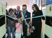 Il taglio del nastro con il sindaco Salvatore Lupo e la curatrice Rita Di Trio