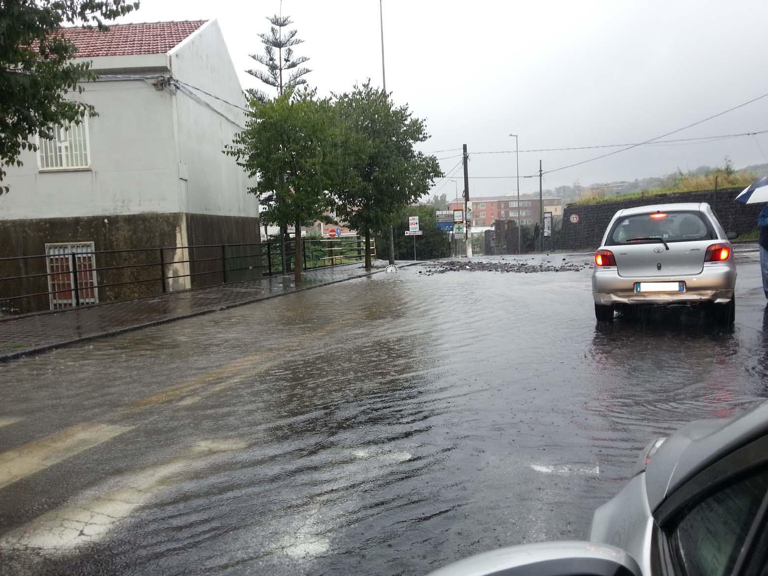 Acqua e massi all'incrocio con via Novalucello