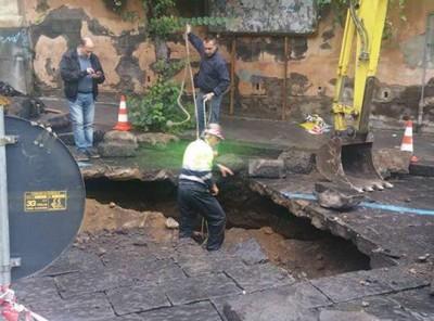 Crollata una parte del manto stradale in via Paolo Vasta ad Acireale