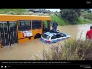 Un autobus dell'Amt salva due poliziotti rimasti impantanati nell'acqua alta