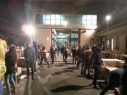 Volontari in fila davanti all'ingresso del magazzino del Banco