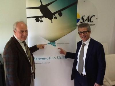 Da sinistra Salvatore Bonura e Gaetano Mancini con il nuovo brand dell'Aeroporto di Catania