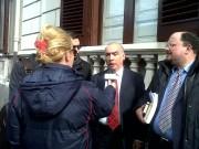 04 B - Idonea con i suoi legali dopo l'incontro in Procura