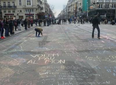 Sulle strade di Bruxelles messaggi contro il terrore scritti col gesso colorato