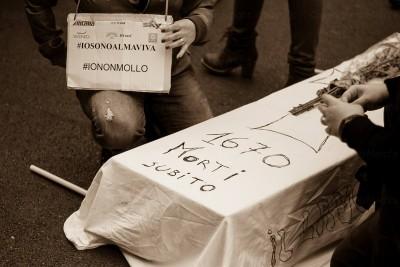 """Almaviva, la protesta sfila per Palermo con il titolo """"morti subito"""" (foto facebook)"""