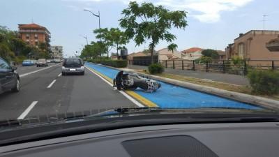 motociclista cade sulla pista ciclabile new