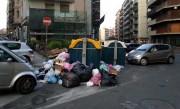 In via Giacomo Leopardi la spazzatura si smaltisce così...