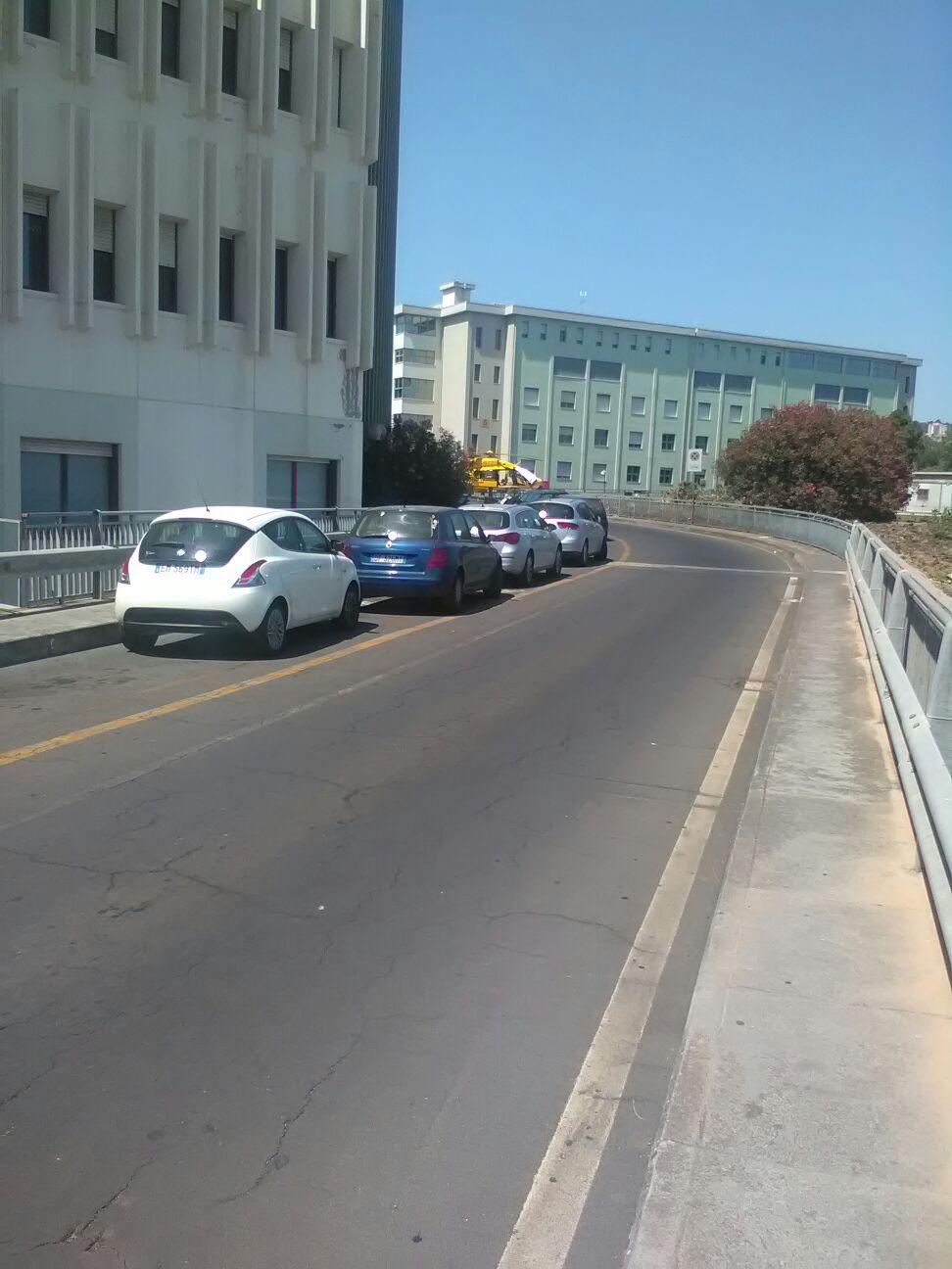 La corsia d'emergenza dell'Ospedale Cannizzaro riservata all'elisoccorso e perennemente ostruita dalle auto parcheggiate