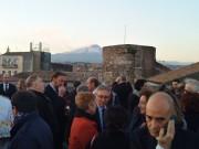 L'Etna sullo sfondo della terrazza del Castello Ursino