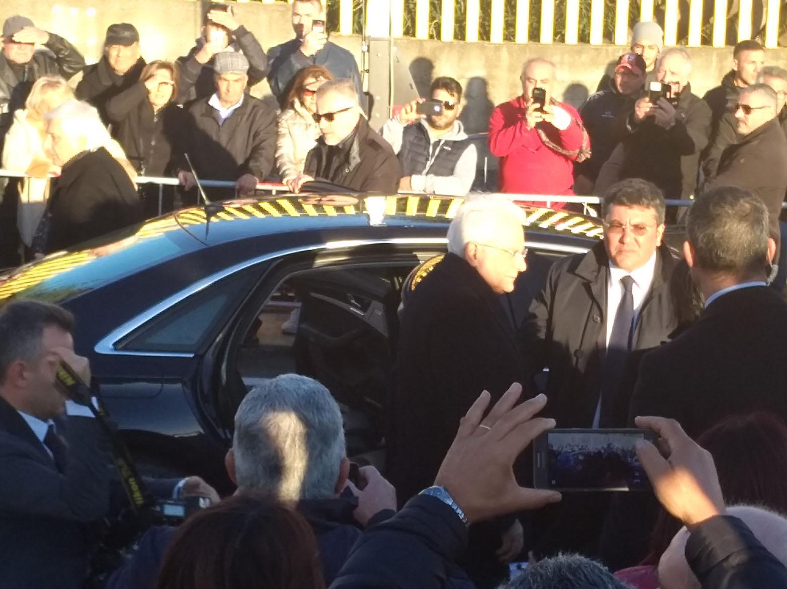 Mattarella scende dall'auto presidenziale
