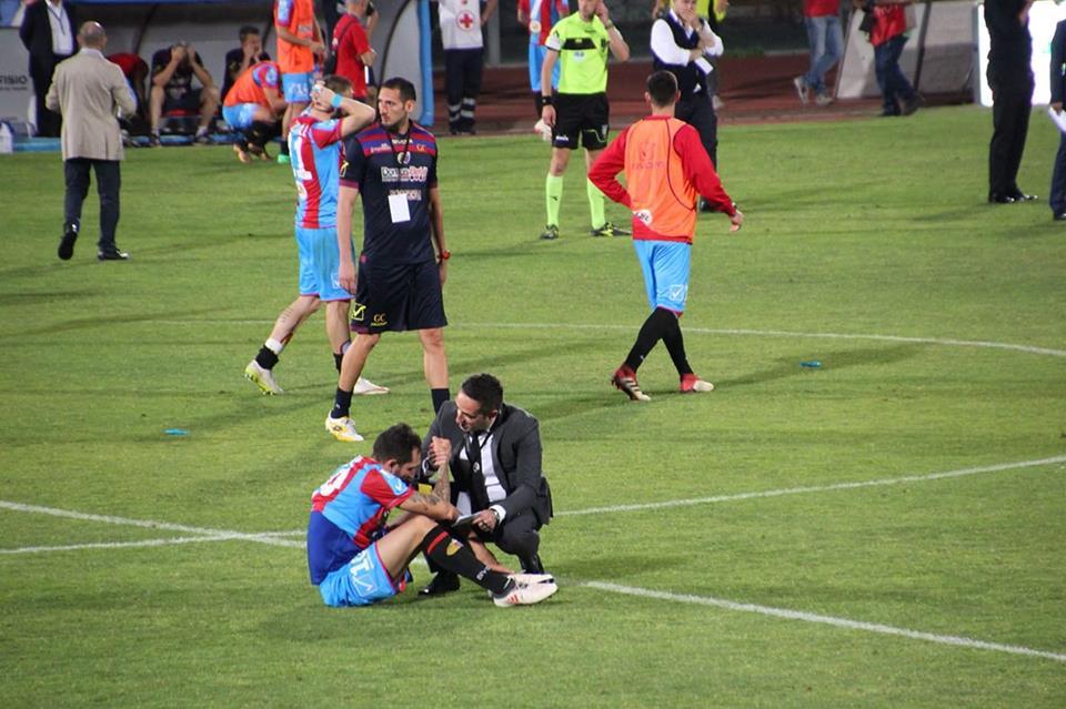 Francesco Lodi consolato da un dirigente del Siena a fine gara (ph Andrea Carlino su FB)