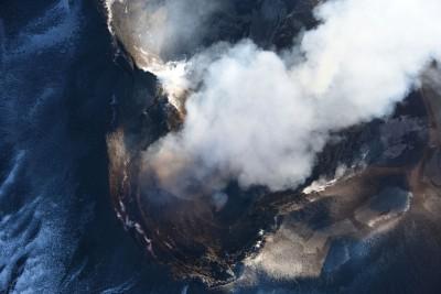 Etna, bocca Nuova con attività stromboliana sul fondo craterico