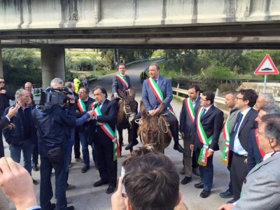 Leoluca Orlando insieme ad altri sindaci a dorso di muli (Foto Fb S. Li Destri)