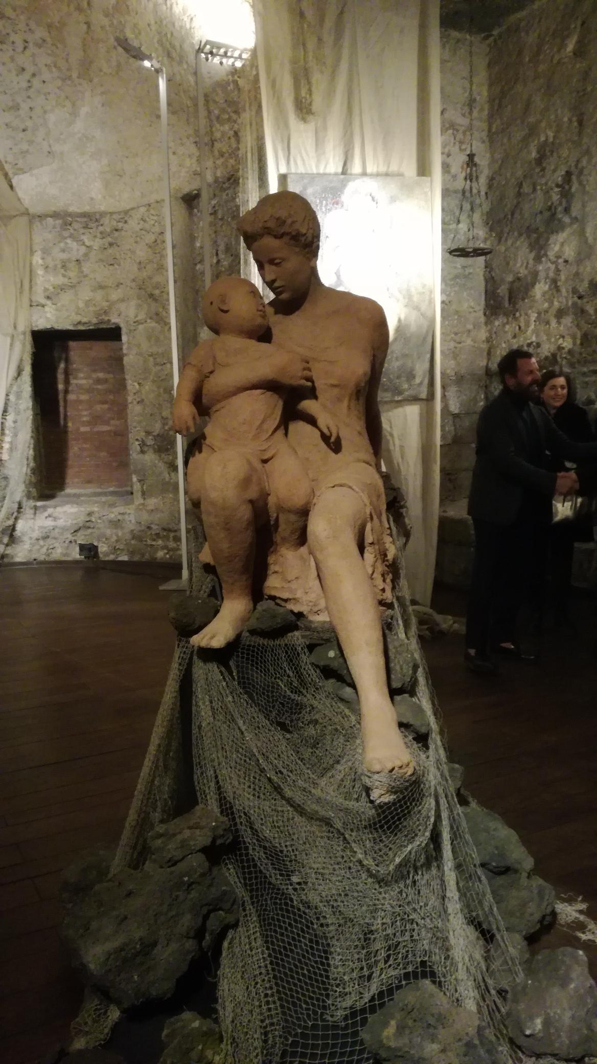 Madre e figlio, l'opera di Antonio Santacroce esposta nella Cappella Bonajuto