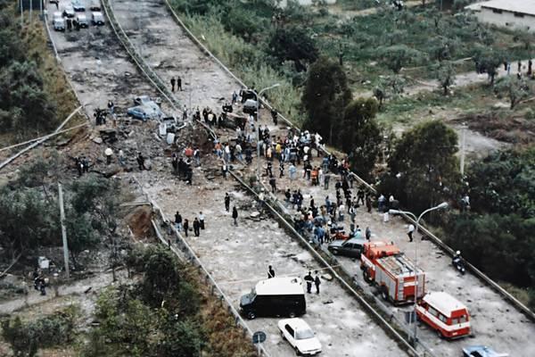Nella foto la strage di Capaci (PA) del 23.05.1992 - Morirono il giudice Giovanni Falcone, la moglie Francesca Morvillo e tre agenti della scorta:  Vito Schifani, Rocco Dicillo e Antonio Montinaro (ph wiki)