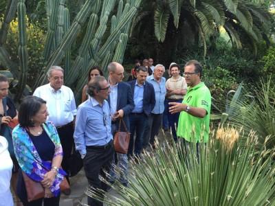 Salvatore Bonajuto nel pieno di una inaugurazione di Dove fiorisce la Jacaranda