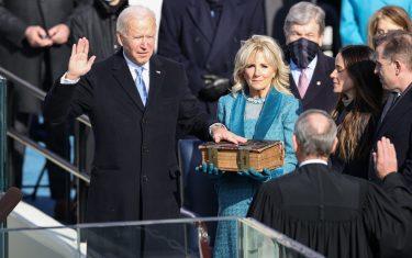 Insediamento di Biden, accanto la moglie Jill