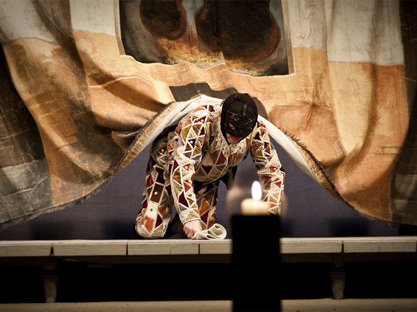 Enrico Bonavera nell'Arlecchino prodotto dal Piccolo Teatro - ph masiarpasquali